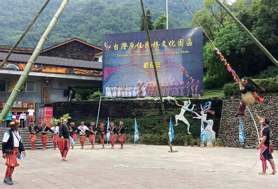 台灣原住民族文化園區今年推出新舞碼,以台東卑南族Kasavakan部落傳說故事「神鹿與公主」改編, 23日在園區門口舉行卑南族特有的「鞦韆祈福」儀式。(潘建志攝)