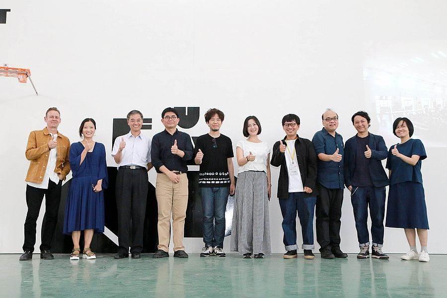 文化部主秘陳登欽(左4)、策展人漆志剛(左5)及設計團隊合影
