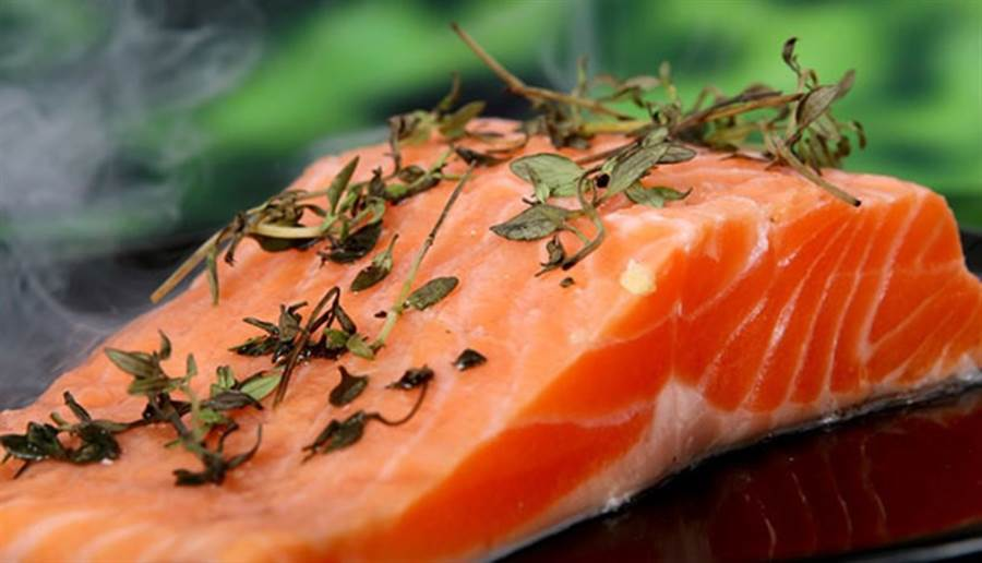 每天最好吃一次富含DHA及EPA的青背魚,鮭魚就是很好的選擇。(圖/pixabay)