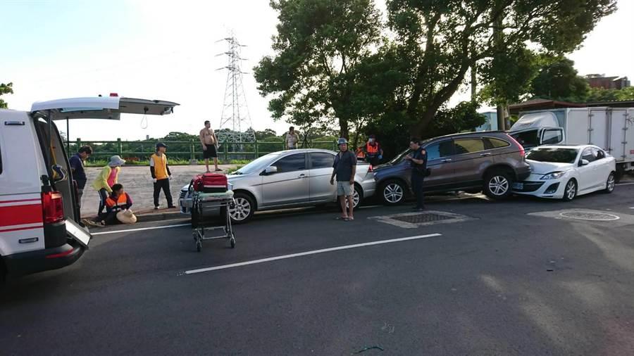 貨車衝撞路邊 波及環保志工、路人3ohca3傷。(甘嘉雯翻攝)