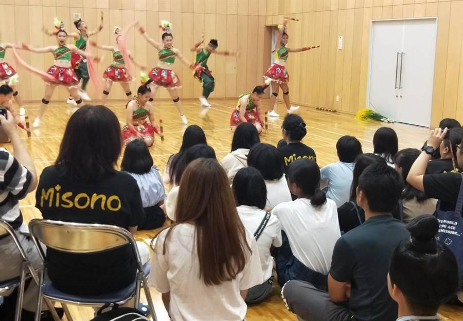 台灣代表團前往當地家扶中心「鳴海聖園天使園」舉行慈善表演,帶給園內兒童歡樂、溫馨與關懷,拉近與當地民眾的情感。(陳世宗翻攝)