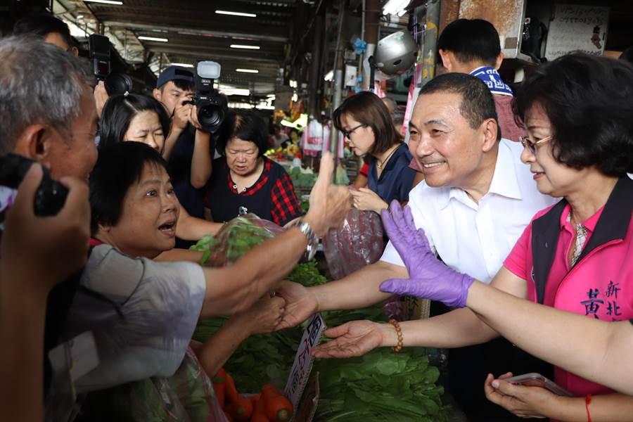 新北市長侯友宜今日上午前往三重力行市場,化身為一日菜販。(吳亮賢攝)