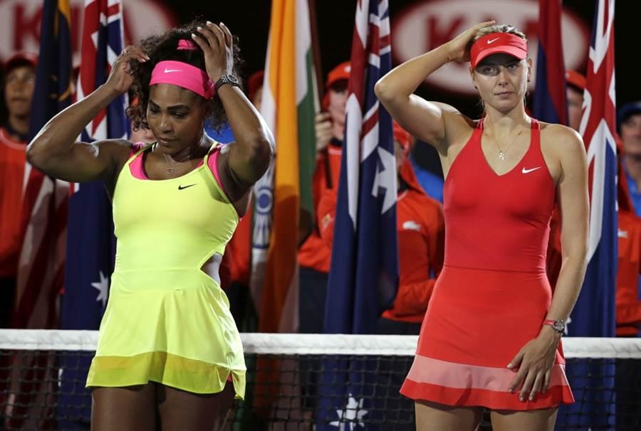 小威廉絲(左)2015年澳網決賽打敗莎拉波娃。(美聯社資料照)