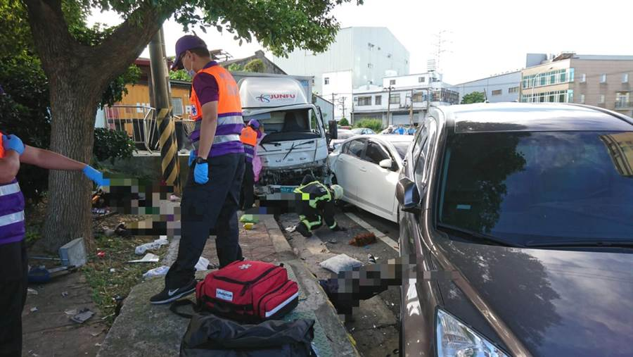 桃園市蘆竹區24日早上發生死亡車禍,造成3死3傷。(賴佑維翻攝)