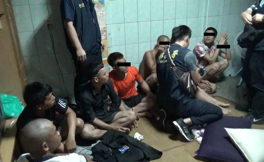 這群外籍移工在專勤隊員查緝時,因為酒醉未醒,一臉茫然。(莊曜聰翻攝)