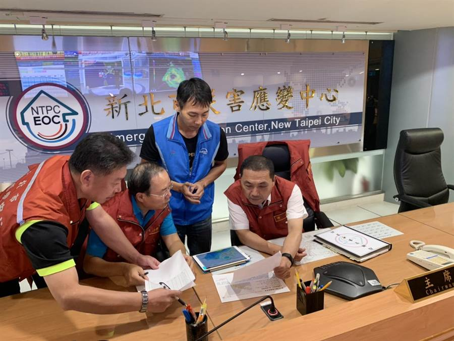 白鹿颱風雖在南部登陸,新北市長侯友宜一大早就進駐應變中心瞭解颱風數據,嚴陣以待。(吳家詮翻攝)