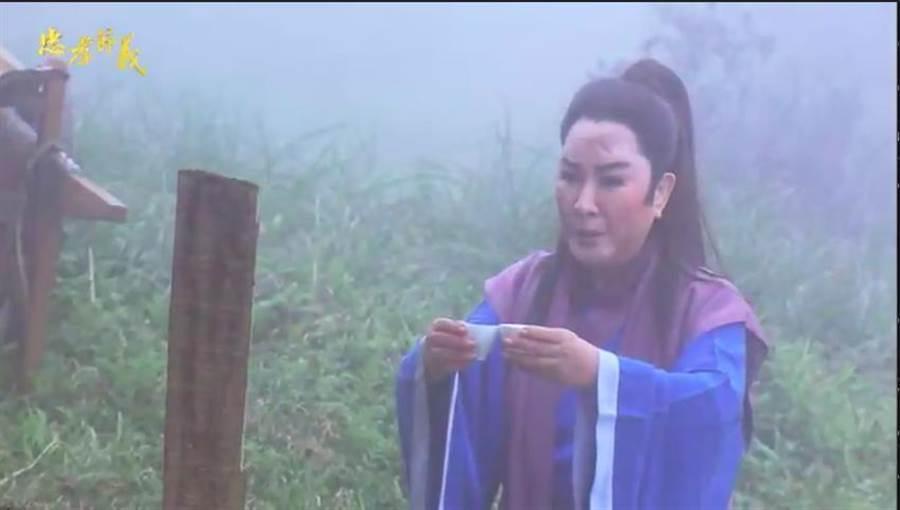 楊麗花在《忠孝節義》辛苦拍寒冬跪墳戲。(翻攝預告)