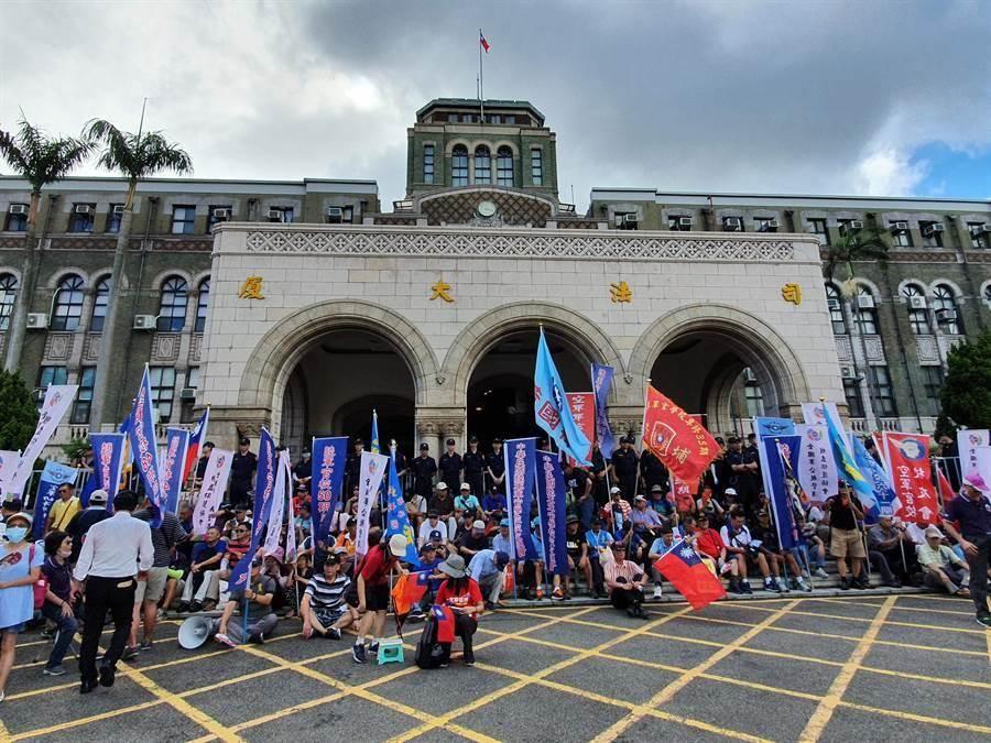 大法官會議前的軍公教抗議人士。(林偉信攝)