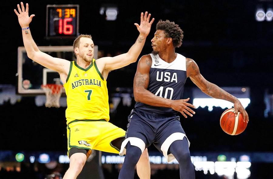 美國男籃24日意外讓傷癒復出的史馬特(右)先發上陣。(取自NBA官推)