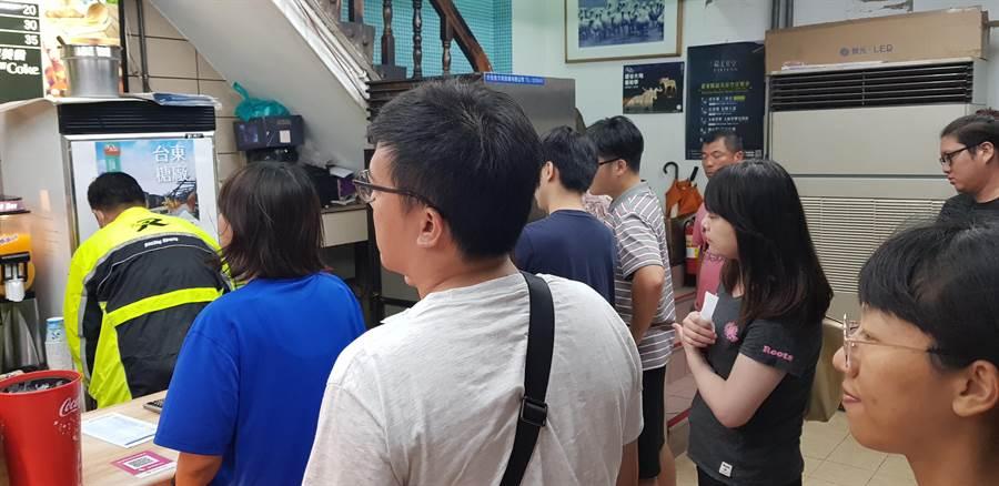 藍蜻蜓店內擠滿排隊人潮。(楊漢聲攝)