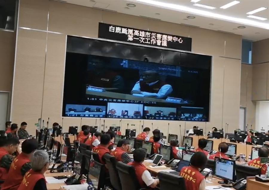 行政院長蘇貞昌突然打視訊電話給高市府,關心災防工作狀況。(柯宗緯翻攝)