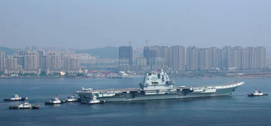 解放軍首艘自製航母002艦8月1日駛離大連造船廠碼頭,展開第7次海試的畫面。(香港文匯網)