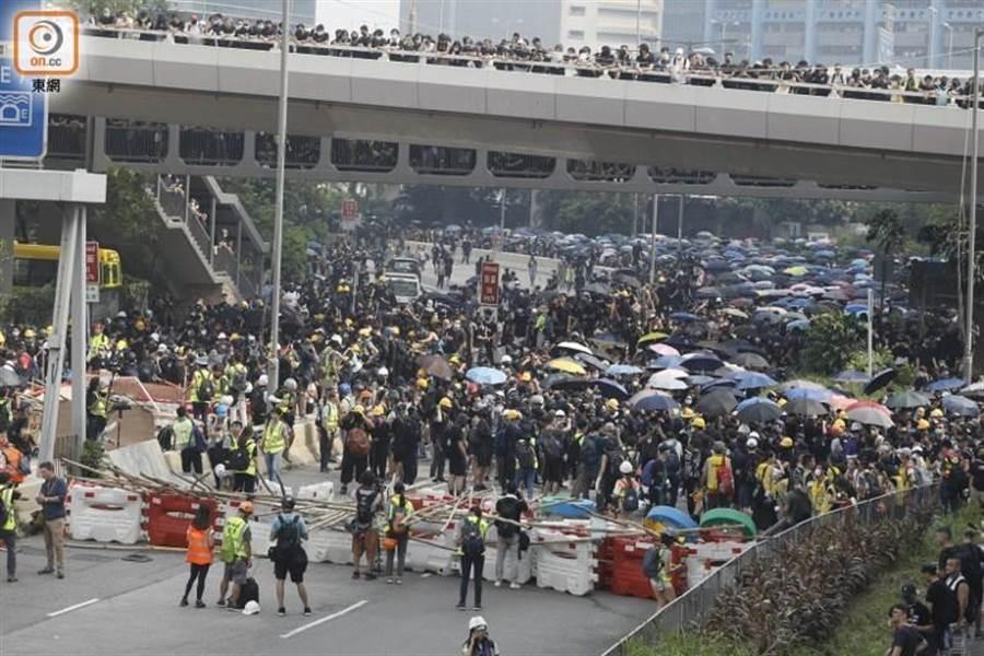 示威者在偉業街集結築路障。取自東網