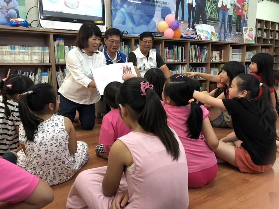 嘉義市長黃敏惠為孩子們說故事。(廖素慧攝)