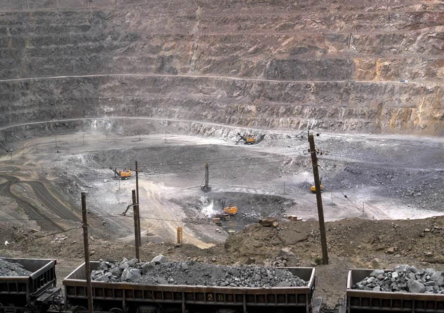 正值美中緊繃局勢加劇之際,美國唯一一座稀土礦的礦主正在大力招兵買馬,有大幅提高產量的跡象。圖為大陸稀土礦場。(美聯社)