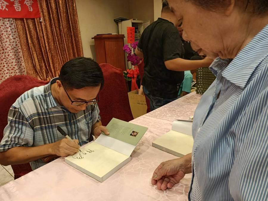 前總統陳水扁24日赴嘉義縣新港鄉舉行新書「堅持」簽書會。(張毓翎攝)