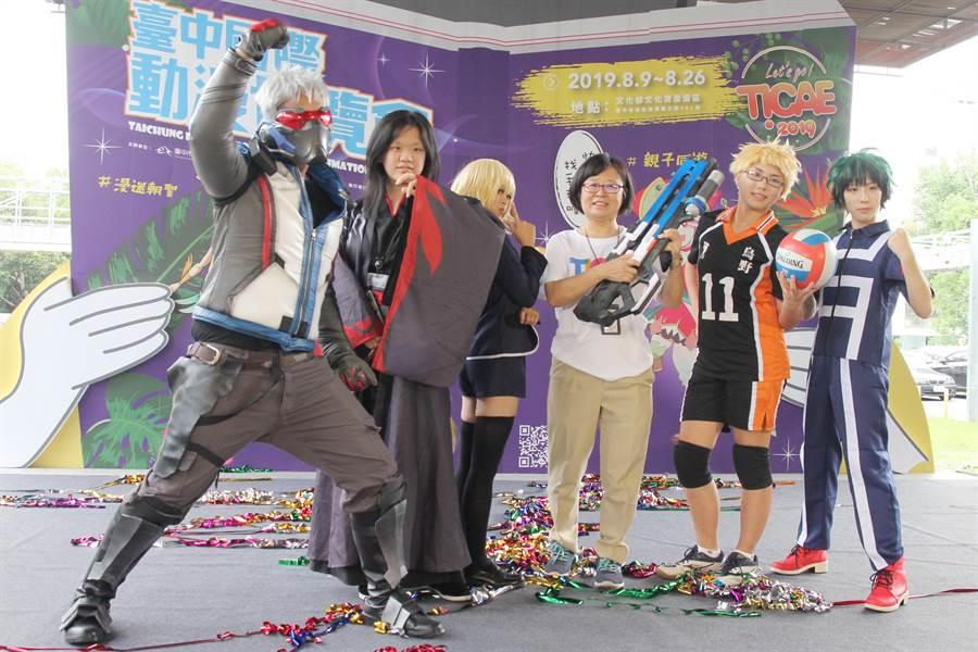 台中國際動漫博覽會舉辦參觀人潮突破6萬慶祝活動。(陳淑芬攝)