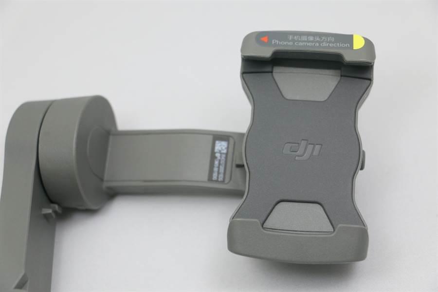 Osmo Mobile 3豎拍與橫拍模式轉換時有一定角度,因此安裝手機的鏡頭方向有限制。(圖/黃慧雯攝)