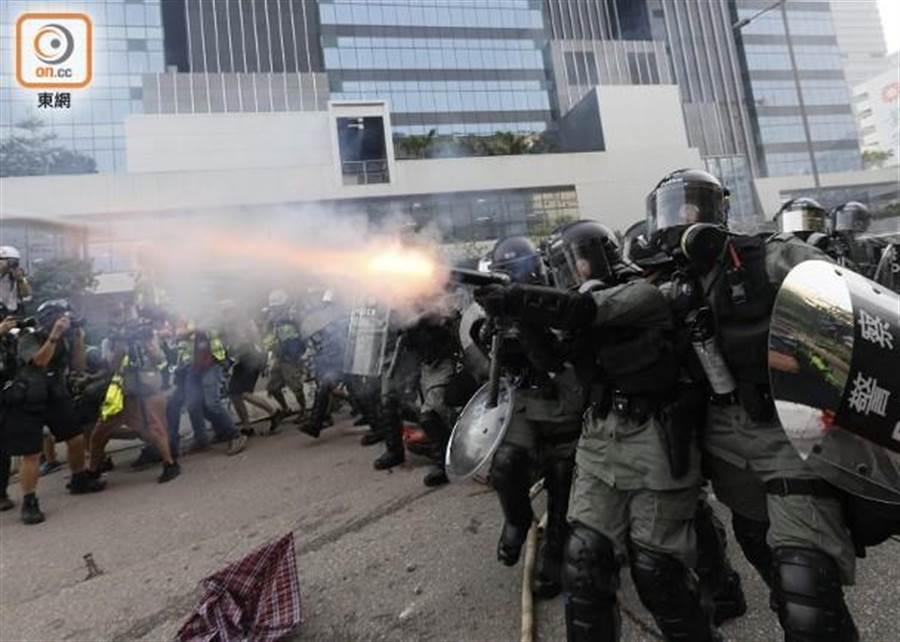 港警發射催淚瓦斯驅散群眾。(摘自香港東網)