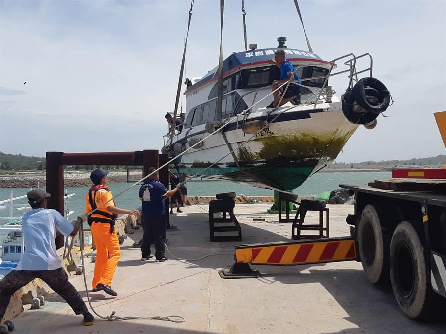 白鹿颱風帶來風雨威脅,后豐港小船緊急吊上岸避風。(李金生攝)