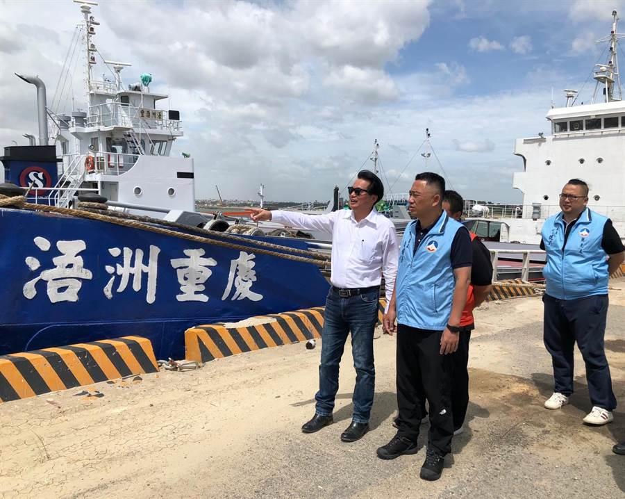 近百艘船隻進港避風,楊鎮浯縣長(中)聽取縣港務處長何佩舉(左)作業報告。(李金生攝)