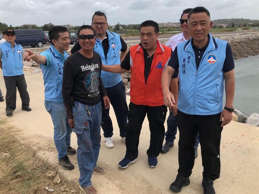 楊鎮浯縣長率員勘查水頭碼頭、后豐港避風整備作業。(李金生攝)