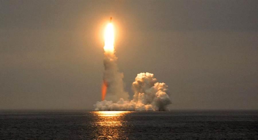俄羅斯成功試射「輕舟」和「布拉瓦」兩款潛射彈道飛彈 (俄羅斯國防部)