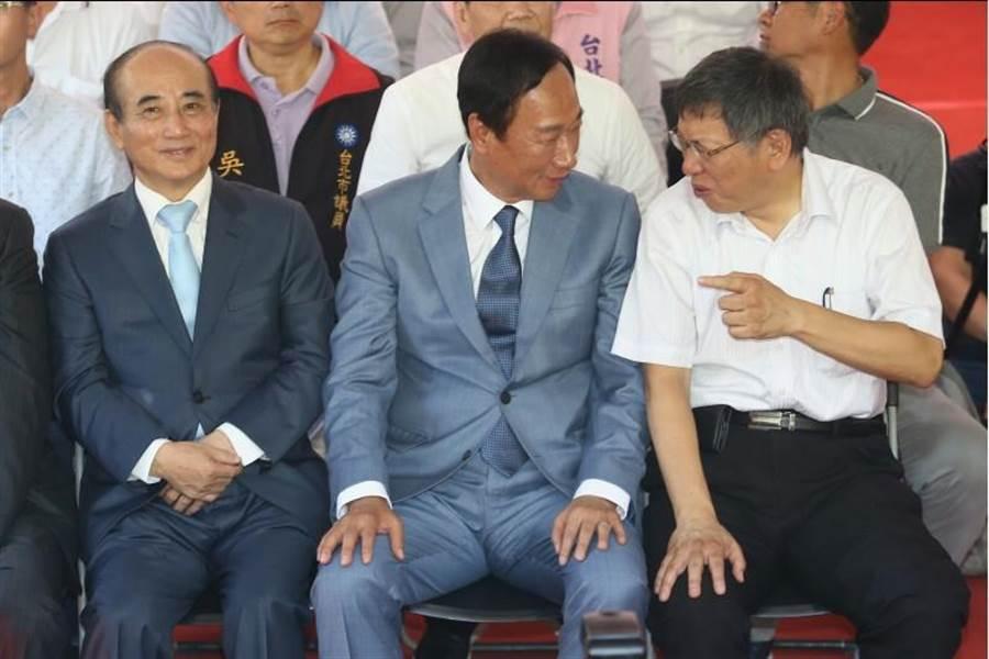台北市長柯文哲(右起)、鴻海創辦人郭台銘、前立法院長王金平23日合體,3人偶有互動。(資料照片,杜宜諳攝)