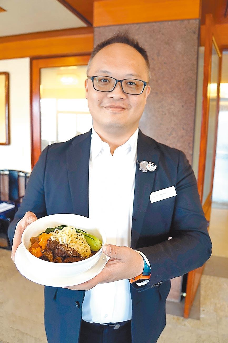 六福正式成立「零售電商流通事業部」,部門協理吳峻安昨(23)日宣布推出和牛牛肉麵等3項長銷型新品,並與網購平台合作銷售。圖/姚舜