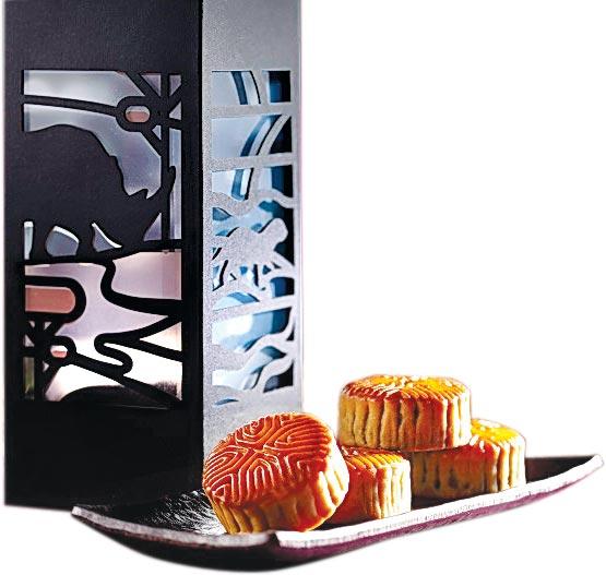 六福旅遊集團今年推出的〈六福迎月豐融中秋月餅〉,擷取四大珍稀動物「犀牛、水獺、石虎、熊鷹」之光影圖案,外盒除具有置物功能外,亦可將底部已崁入的燈打開變成小夜燈。圖/六福旅遊集團