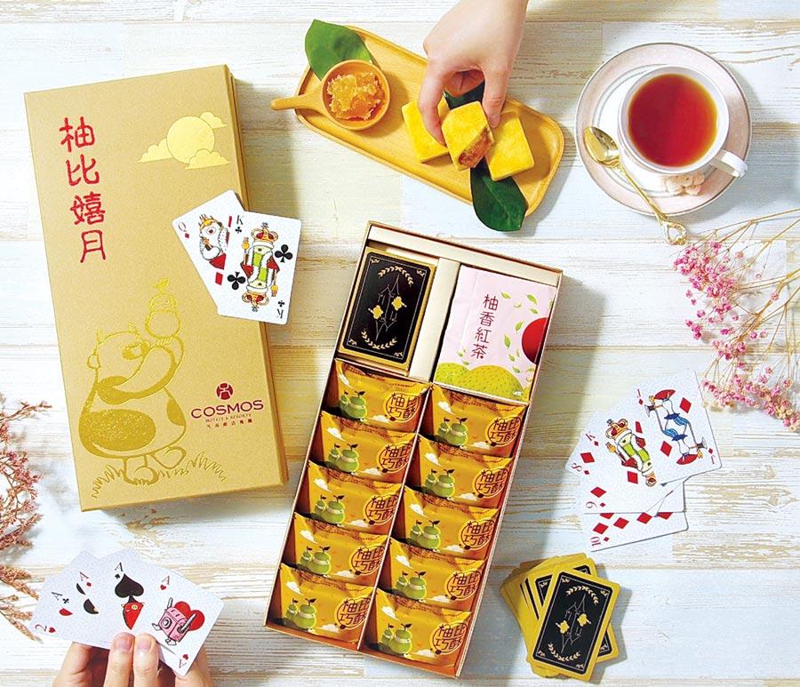 天成飯店集團今年推出的〈柚比嬉月禮盒〉,附贈集團比比家族系列撲克牌,饒富童趣與驚喜。圖/天成飯店集團
