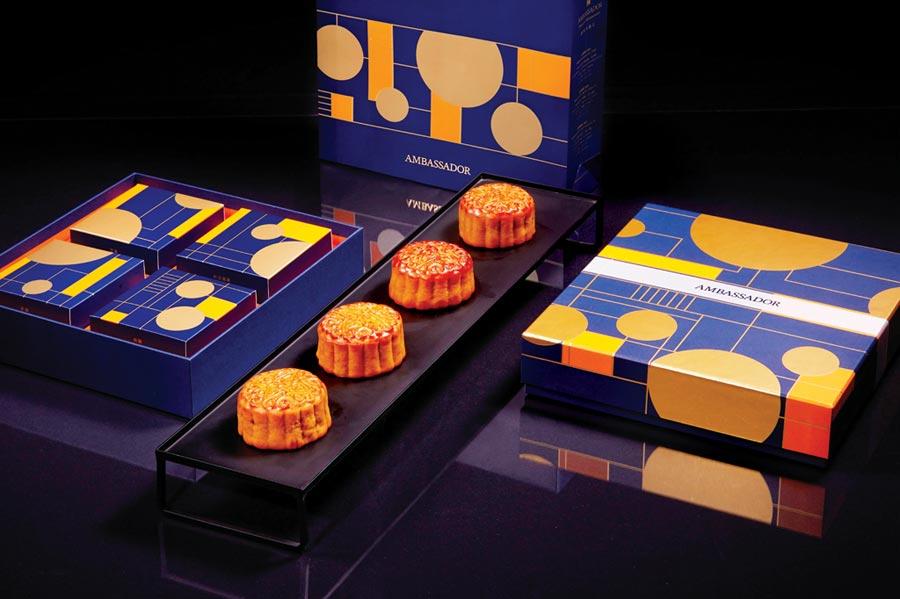 〈豐月鉑金〉月餅禮盒,以「皎潔月光」為靈感,極簡主義風格呈現中秋意象。鉑金光芒化為俐落線條,大膽運用色彩,呈現新穎時尚的設計。圖/國賓飯店