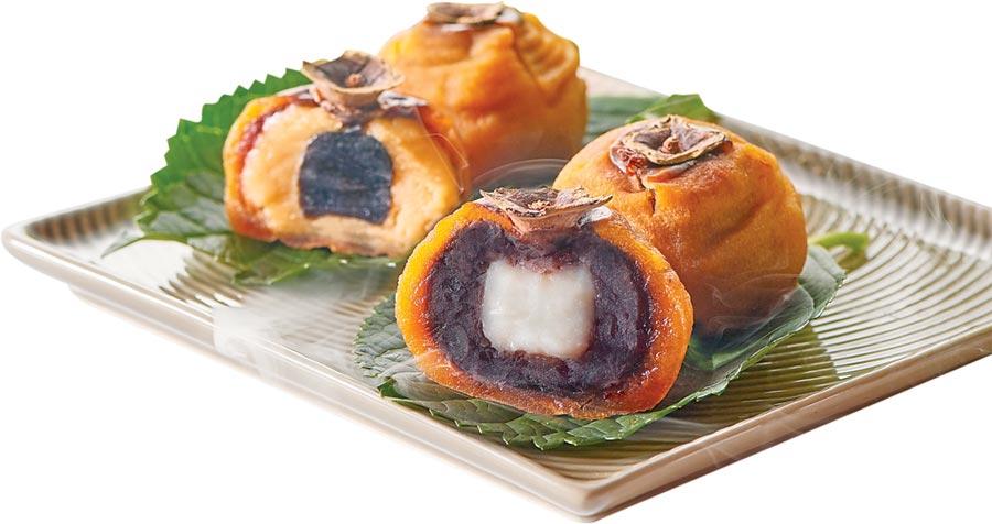台北福華飯店〈喜柿月餅〉,是以「餡中餡」概念烘烤製作,有「綠豆黑糖麻糬」與「紅豆白玉麻糬」兩種口味,今年限量800盒。圖/台北福華飯店