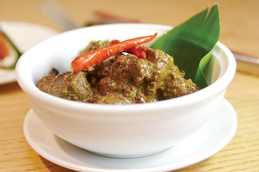 曾在2011年與2017年兩度在CNN舉辦「全球50大美食」排行榜中奪冠的〈仁當牛肉〉(rendang tok perak),最早其實源自印尼,這次在台北君悅〈凱菲屋〉亦可嘗到。圖/姚舜
