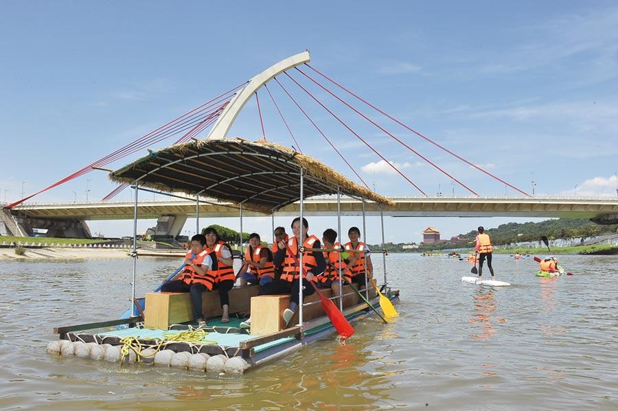 「2019瘋狂一夏玩水趣」親水體驗活動,即日起延至9月1日止,每周六、日舉行。圖/臺北市政府體育局提供