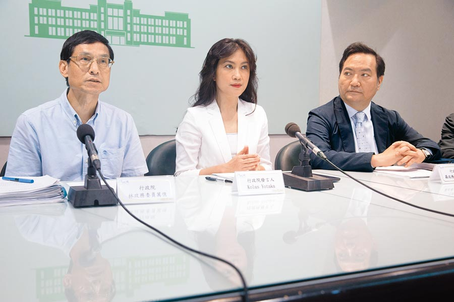 行政院23日舉行記者會,由政務委員林萬億(左起)、發言人Kolas Yotaka、政務委員羅秉成等一同出席。(杜宜諳攝)