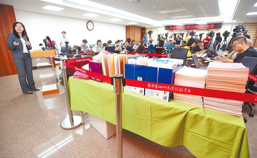 台北地檢署偵辦國安私菸案,23日首波偵結,北檢襄閱主任檢察官陳佳秀(左)表示,此波偵結對象是以在押或首謀為主,並特別將證物堆滿在記者會現場的桌上。(范揚光攝)