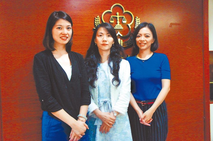 偵辦私菸案,台北地檢署出動3大美女檢察官林彥均、陳玉萍、張靜薰(左起)追查。(張孝義攝)