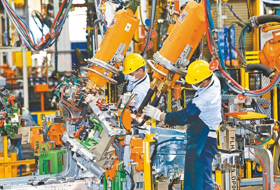 經濟部昨公布7月工業生產指數年增3.03%,由負轉正,比預估來的好一些。圖為福特六和汽車的車身廠內工作的技師。(本報資料照片)