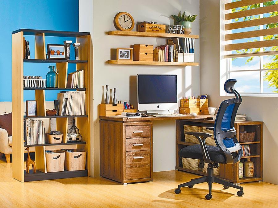 租屋族書桌不僅要挑選甲醛釋出極低材質,後掀式的隱藏收納空間,各種電線都能收得無影蹤。(特力屋提供)