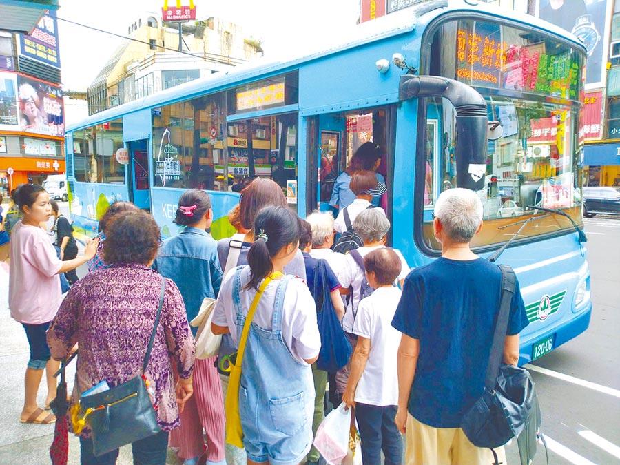 搶救年年虧損情況,基隆市公車明年起將實施上下車刷卡,蒐集大數據做為未來調整營運路線參考。(許家寧攝)