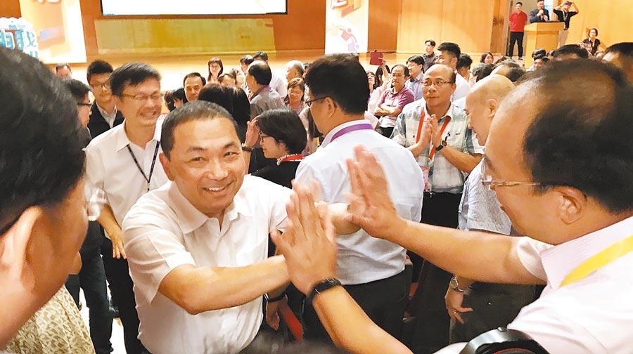 新北市長侯友宜(左)昨出席校長會議,熱情與校長一一擊掌,並提出在「連假前不要發成績單」的呼籲。(戴上容攝)