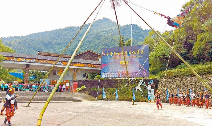 台灣原住民族文化園區今年推出新舞碼,以台東卑南族Kasavakan部落傳說改編, 23日在園區門口舉行卑南族特有「鞦韆祈福」。(潘建志攝)