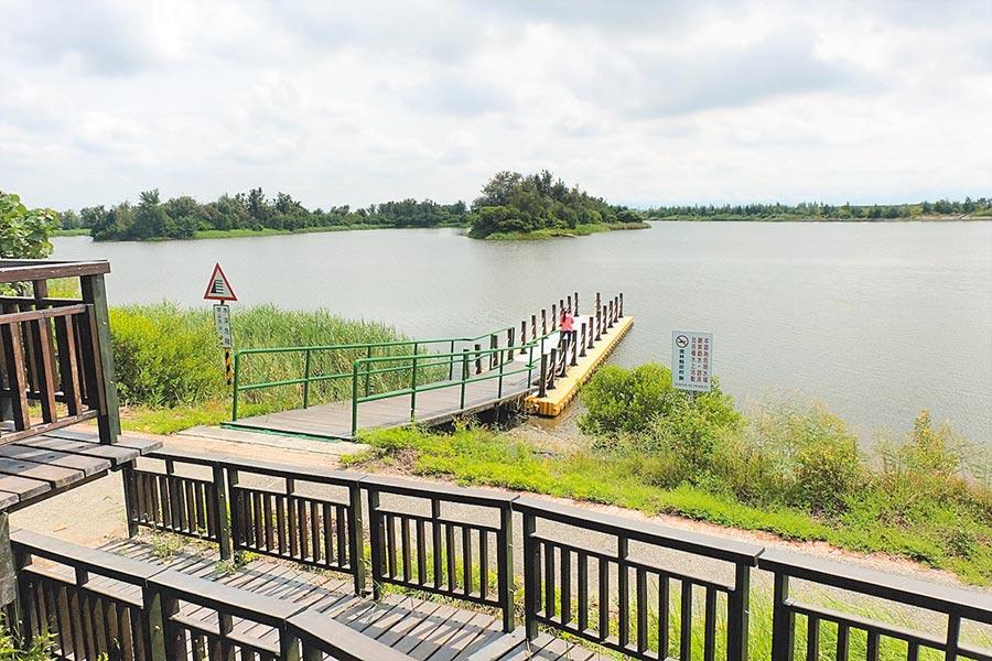 口湖產業嘉年華24日在宜梧滯洪池登場,邀民眾乘船嘗蚵。(張朝欣攝)