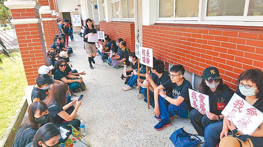 長中會議室外,老師們身穿黑衣等待董事會結論,為自己的薪資權利靜坐。(程炳璋攝)