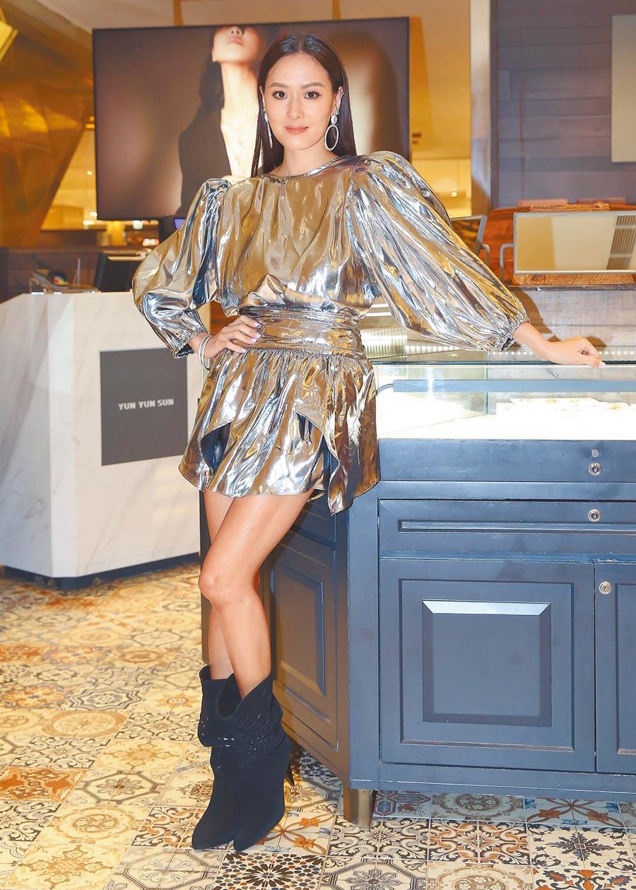 孫芸芸穿Isabel Marant銀色科技感短洋裝搭黑短靴、佩戴珠寶YUN YUN SUN珠寶,華麗亮眼。(陳俊吉攝)