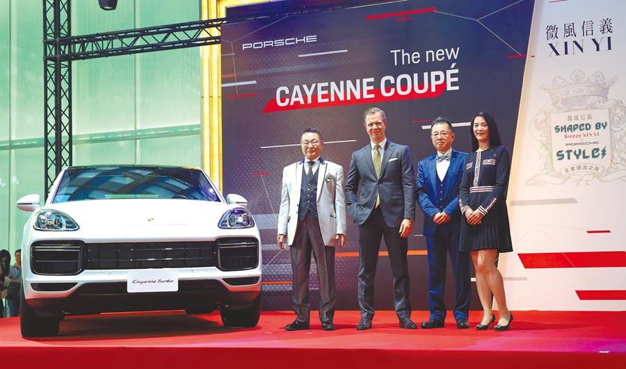 微風常董岡一郎(左起)、台灣保時捷總裁Mathias Busse、總經理(火田)明男、信義區總店長高德璇與PORSCHE 價值703萬元起的Cayenne Turbo Coupe為 活動揭幕。(陳俊吉攝)