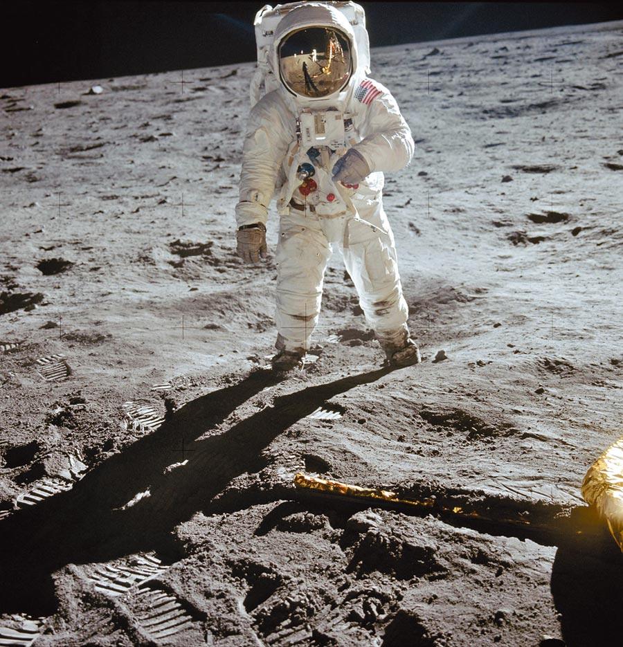 巴茲艾德林的右手佩戴OMEGA超霸腕表,踏上月球的經典畫面。(OMEGA提供)