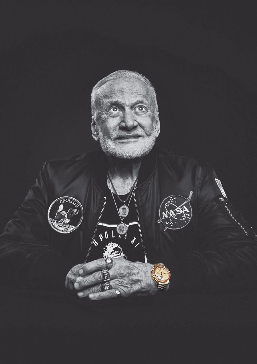 今年高齡89歲的太空人巴茲艾德林,佩戴超霸阿波羅11號50周年Moonshine月光金限量表。(OMEGA提供)