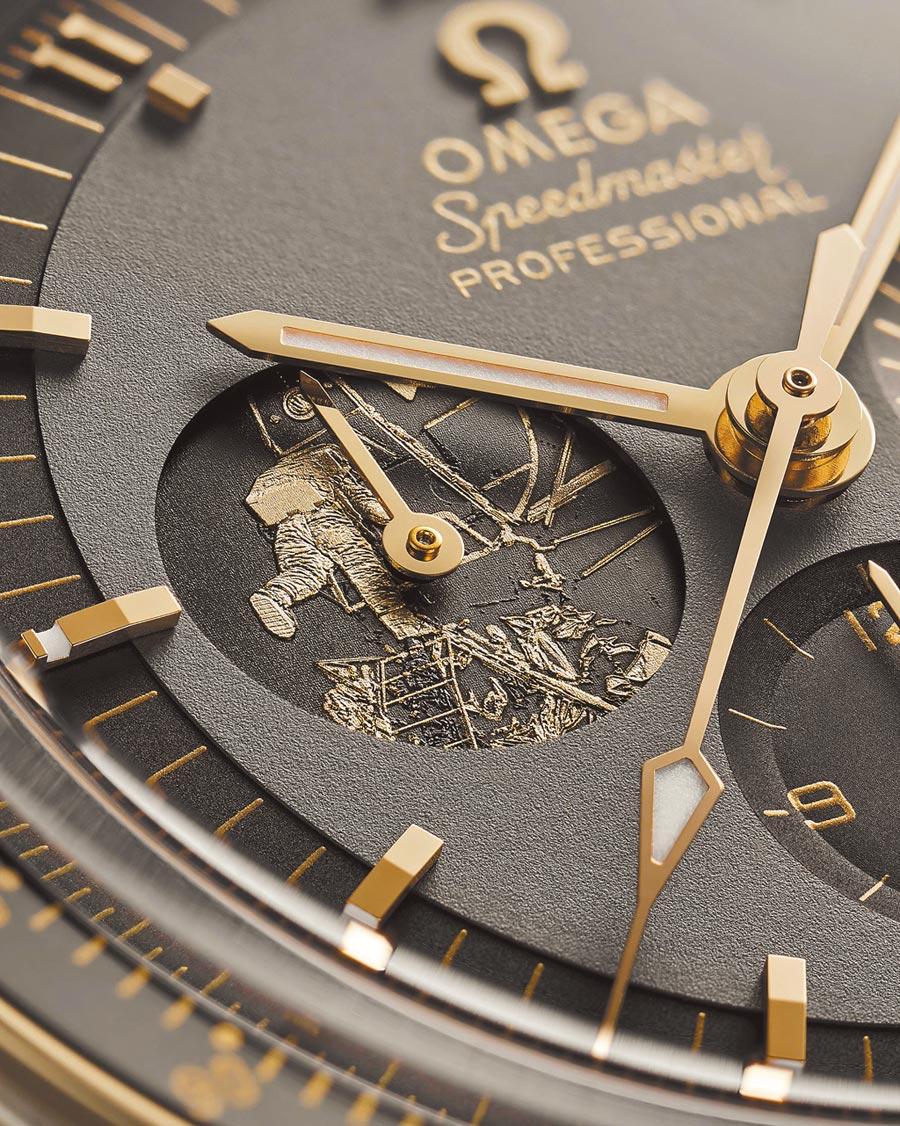 OMEGA超霸阿波羅11號50周年不鏽鋼限量表上,鐫刻當年巴茲艾德林登月畫面的圖案。(OMEGA提供)